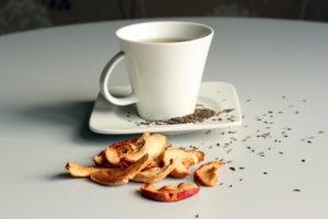 Kmynų arbata su džiovintais obuoliais