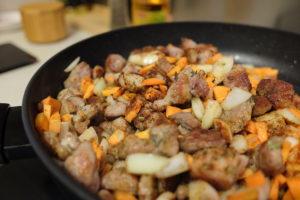 Apkepame mėsą su aromatinėmis daržovėmis